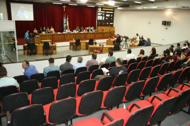 Sessão da Câmara de Maringá: no Legislativo da cidade, os parentes de vereadores ganham entre R$ 1,6 mil e R$ 8 mil | Walter Fernandes