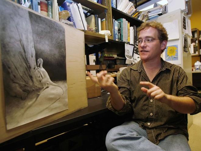 O paleontólogo Nick Longrich mostra a imagem do animal insetívoro, chamado de Albertonykus borealis | Todd Korol / Reuters