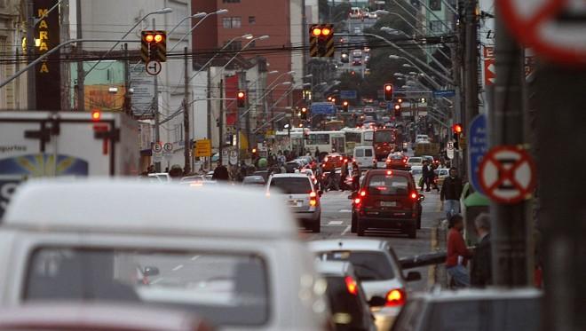 Ruas lotadas: decadência do transporte coletivo é apontada como um dos fatores para a compra de mais veículos na cidade | Jonathan Campos/Gazeta do Povo