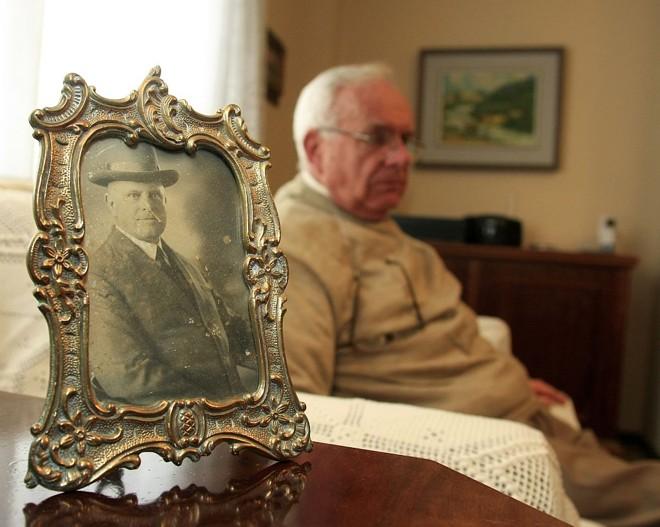 No porta-retrato, a imagem do pai de Hans Garbers, Johannes, que foi detido na campanha de nacionalização | Daniel Derevecki/Gazeta do Povo
