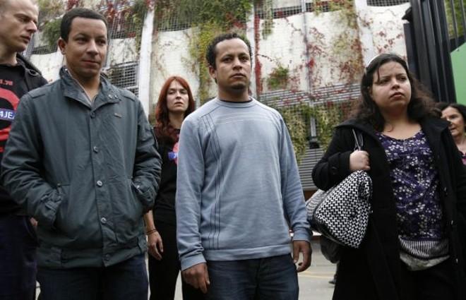 Alex Pereira (esq.), Alessandro Pereira  e Patricia de Silva chegaram a Londres para acompanhar as investigações sobre a morte do primo   Andrew Winning / Reuters