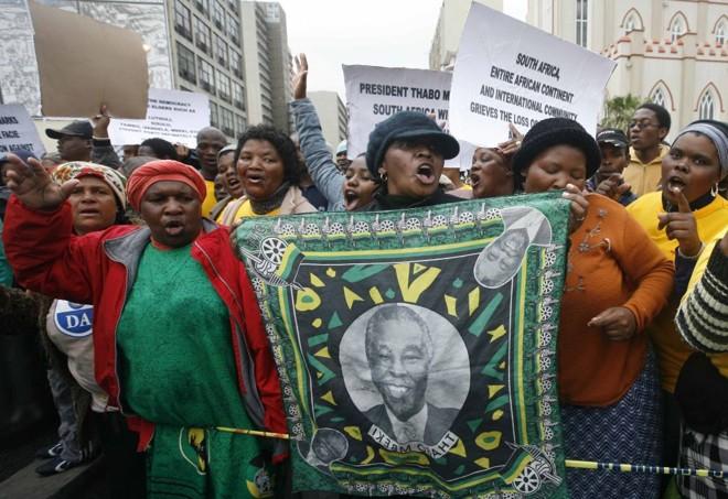 Protestos de vários grupos políticos agitam a África do Sul: 13 dos 11 ministros pediram demissão, sete têm a intenção de retornar ao cargo | Mike Hutchings / Reuters