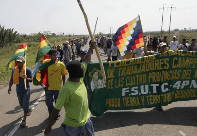 Oposicionistas de Morales reivindicam poder de terra e desenvolvimento do território: bloqueios de acesso à Santa Cruz foram suspensos para facilitar negociações | Stringer / Reuters