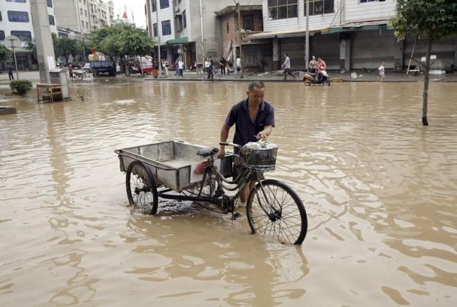 Passagem do tufão provocou inundações em Sichuan: desmoronamentos e deslizamentos de terra preocupam autoridades locais | Christina Hu / Reuters
