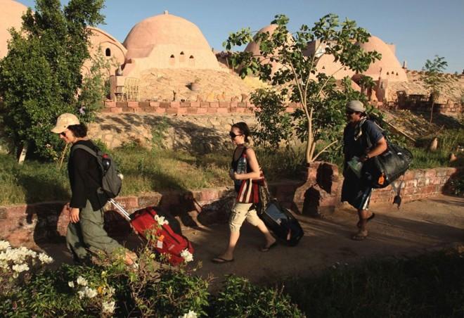 Novos turistas chegam para realizar viagens turisticas no Egito: 19 pessoas estavam em uma região desértica no Saara quando foram seqüestradas | Goran Tomasevic / Reuters