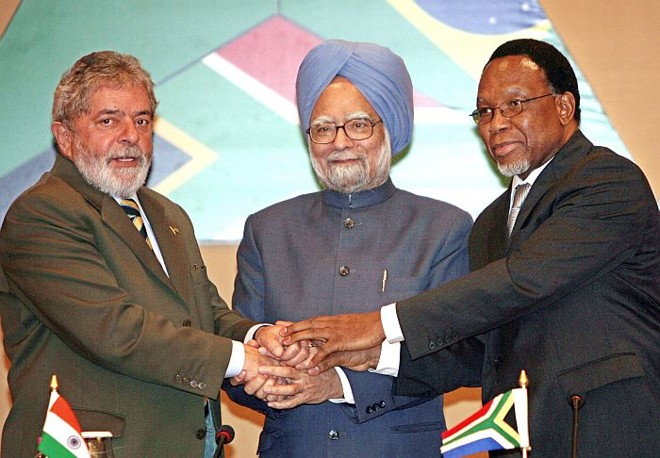 O presidente Lula com o primeiro ministro da Índia, Manmohan Singh (C), e o presidente da África do Sul, Kgalema Motlanthe (E) | Raveendran/AFP