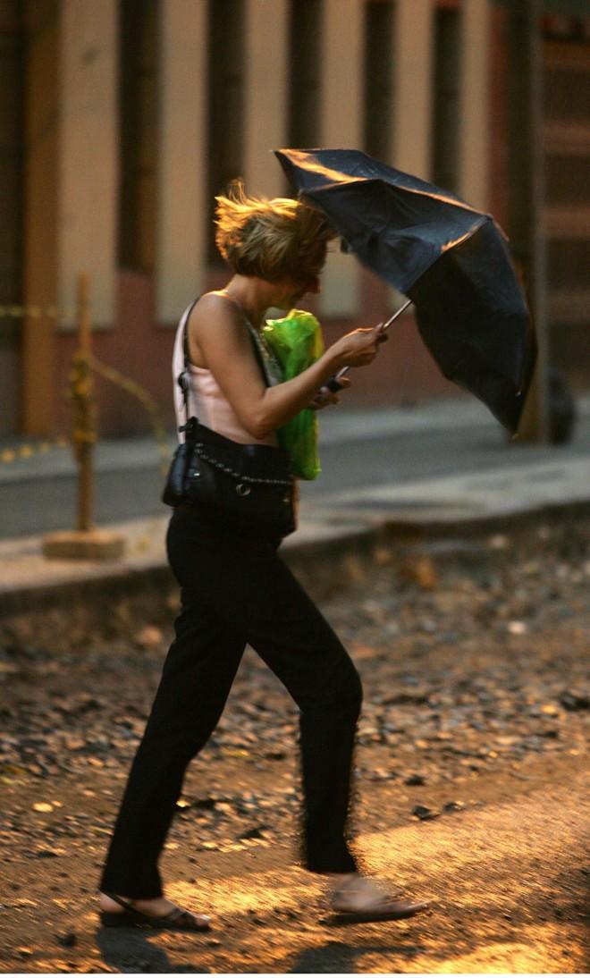 Fortes ventos e chuva atingiram Curitiba e região metropolitana durante a tarde desta quarta-feira (14)   Ivonaldo Alexandre/Gazeta do Povo