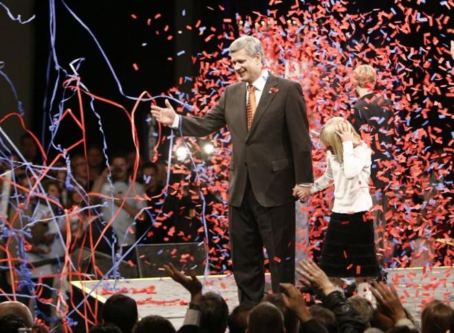 Stephen Harper é ovacionado por eleitorado após aparecer no palco ao lado de sua filha Rachel   Andy Clark / Reuters