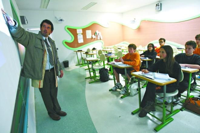 O professor de História e Filosofia Carlos Merlin dá aula em escola pública e particular: motivação apesar das condições desiguais. | Priscila Forone/Gazeta do Povo
