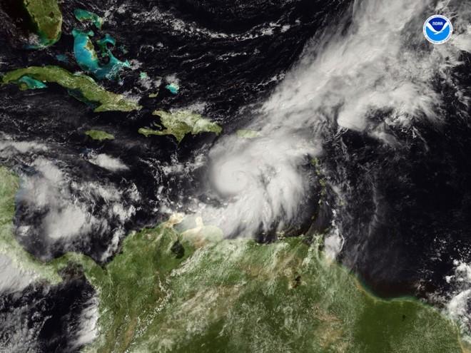 Furacão Omar (centro) está sustentado na categoria 2, com ventos máximos de 120 quilômetros   AFP