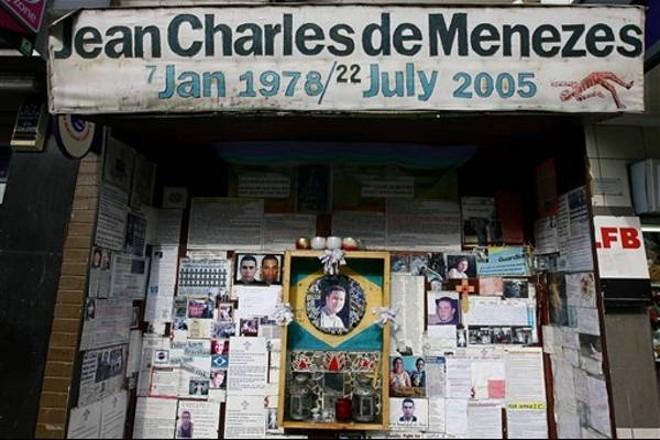 Cartazes prestam tributo ao brasileiro Jean Charles de Menezes, do lado de fora da estação de metrô Stockwell, em Londres, em 22 de setembro, época do reinício do inquérito sobre o caso | AFP