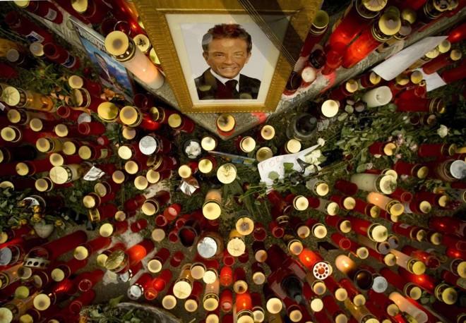 Velas foram acesas no local do acidente fatal sofrido pelo carismático populista Haider, em Klagenfurt, na Aústria | Miro Kuzmanovic / Reuters