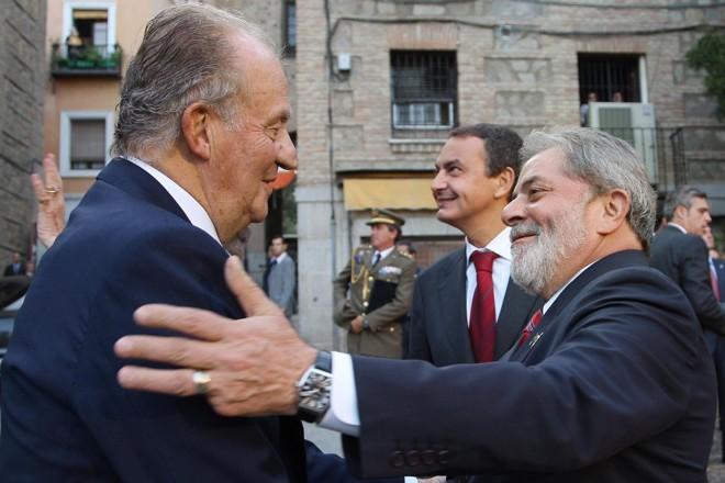 Lula recebe os cumprimentos de Juan Carlos I em sua chegada   Ricardo Stuckert