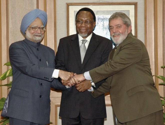 Lula ao lado do prêmie indiano Manmohan Singh (esq.) e do presidente da África do Sul Kgalema Motlanthe | Stringer / Reuters