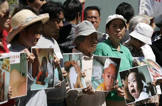 Pais protestam contra a contaminação de seus filhos pela substância melamina: produto foi detectado em trinta e uma amostras de leite em pó produzidos por 20 empresas   Daniel Munoz / Reuters