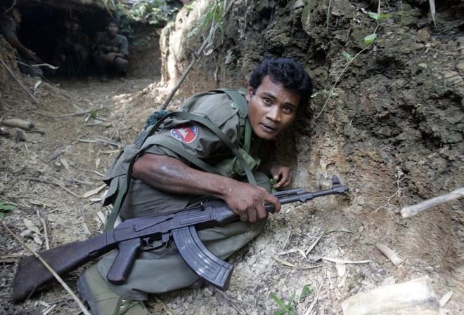 Soldado cambojano agacha-se para não ser alvejado por tiros, durante disputa pelo templo de Preah Vihear | Chor Sokunthea / Reuters
