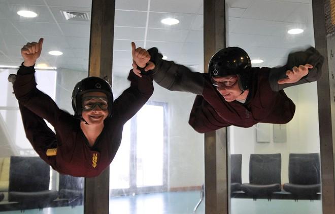 Turistas norte-americanos fazem skydiving indoor no Centro Spacewalk, em Abu Dhabi, nos Emirados Árabes Unidos | Jumana El Heloueh / Reuters