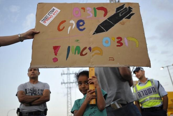 """""""Queremos paz e tranquilidade"""", diz o protesto contra os conflitos na Faixa de Gaza. Disparos arriscam o cessar-fogo de cinco meses   Amir Cohen/Reuters"""