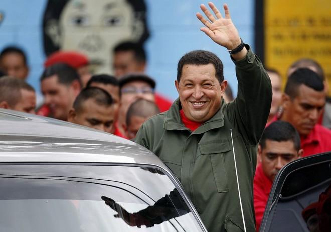 Chávez é aplaudido por apoiadores após votar em Caracas | Jorge Silva / Reuters