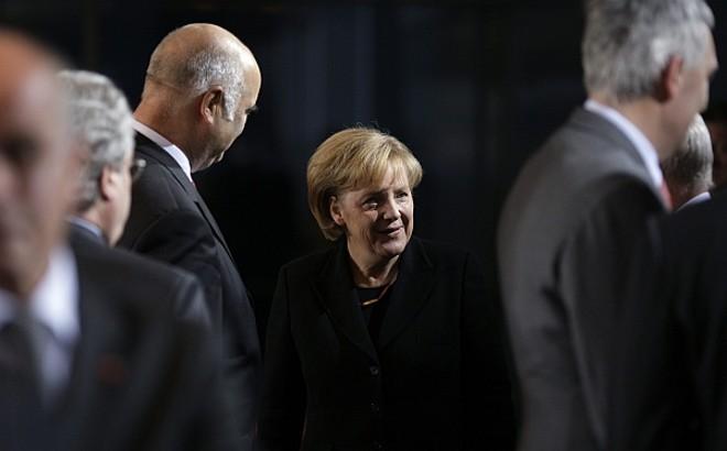 A primeira-ministra alemã, Angela Merkel, analisa mais um pacote anticrise no valor de 30 bilhões de euros. | HannibalHanschke/Reuters