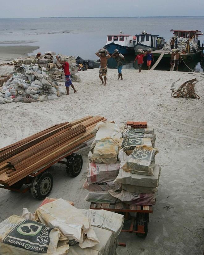 Material de construção é descarregado na Ilha do Mel: multas por obras irregulares, aplicadas pelo IAP, são de no mínimo R$ 10 mil | Fotos: Jonathan Campos/Gazeta do Povo