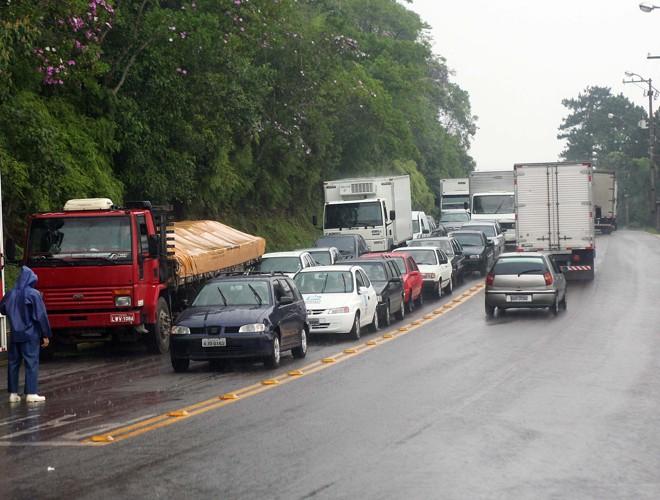 Alguns motoristas chegam a aguardar uma hora e meia para fazer a travessia Caiobá-Guaratuba | Hedeson Alves/Gazeta do Povo