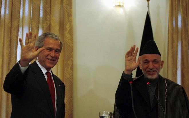 George W. Bush encontra presidente afegão, Hamid Karzai   OMAR SOBHANI/REUTERS