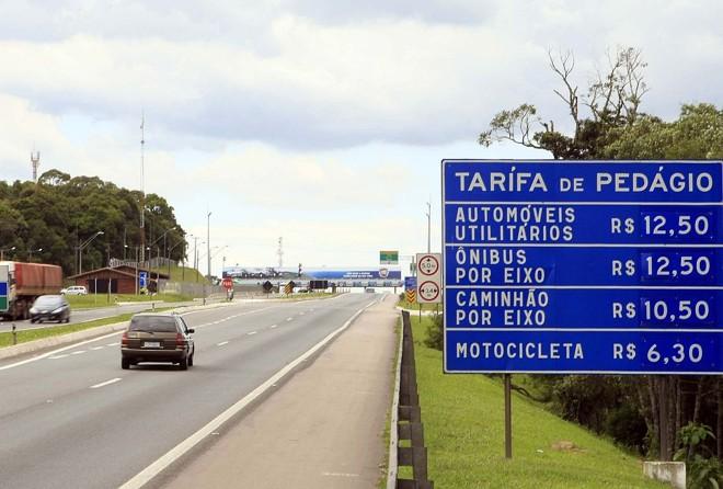 Na BR-277, sentido litoral, placas avisam o motorista sobre os novos preços do pedágio, contestados na Justiça pelo Departamento de Estradas de Rodagem   Hedeson Alves/Gazeta do Povo