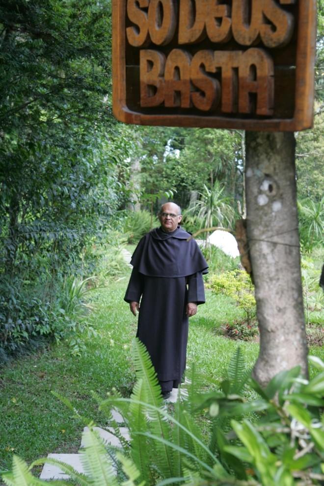 Frei Chico: placas de inspiração religiosa espalhadas pela mata | Ivonaldo Alexandre/Gazeta do Povo