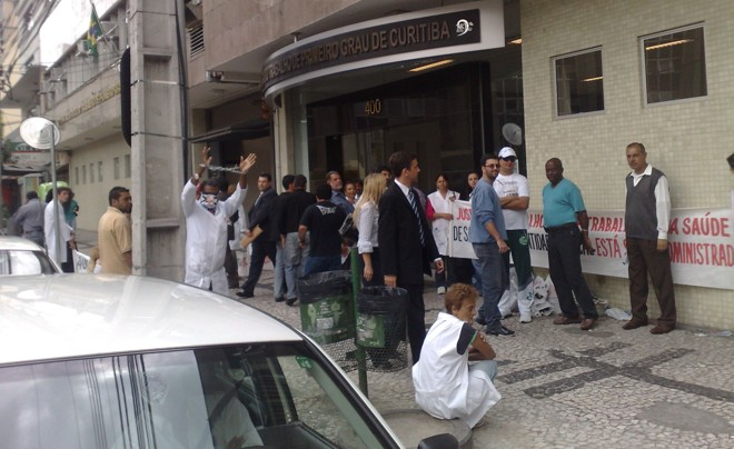Manifestantes protestam na frente do Tribunal de Justiça do Trabalho | João Varella/ Gazeta do Povo Online