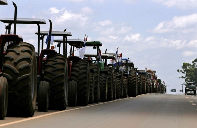 Fazendeiros estacionam tratores ao longo de estrada em protesto na localidade paraguaia de Hernandarias   Jorge Adorno / Reuters