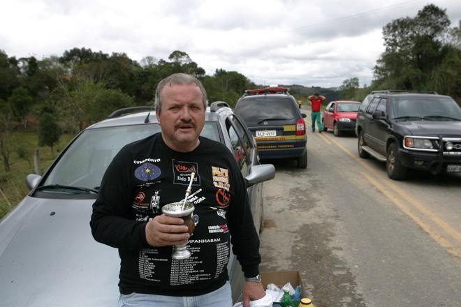 Elcio Berti foi entusiasta da pavimentação da Estrada da Ribeira, como neste protesto, em que foi tomar chimarrão no meio da estrada   Antonio Costa/ Gazeta do Povo