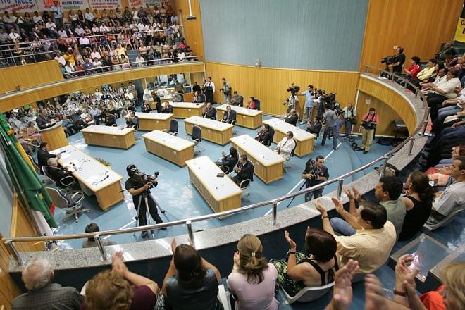 Posse dos vereadores de Londrina: tumulto no começo, com lotação do recinto, e indefinição no final | Gilberto Abelha/Jornal de Londrina