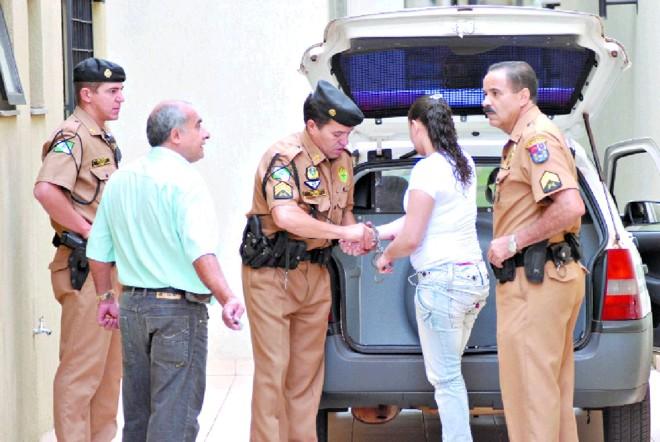 Siumara chega, acompanhada da Polícia Militar, para seu julgamento: júri mobiliza população de Apucarana.   Maurício Borges/Gazeta do Povo