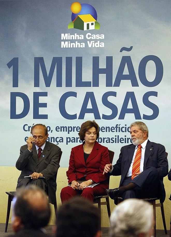 Márcio Fortes, Ministro das Cidades,  Dilma Rousseff, ministra-chefe da Casa Civil, com o presidente Lula : projeto bilionário   AFP