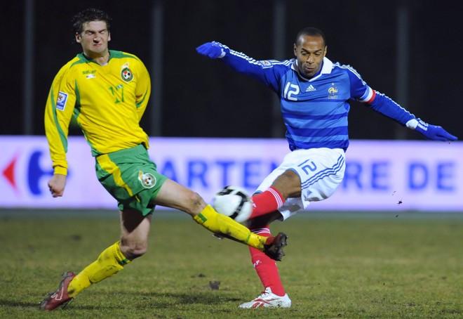 Henry, à direita, ajudou a França a vencer a Lituânia nas eliminatórias   Franck Fife / AFP