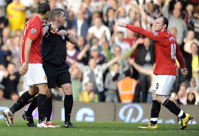 Wayne Rooney tentou acertar a bola no árbitro e acabou expulso. | Toby Melville/ Reuters