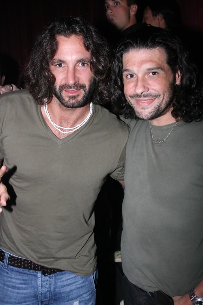 Victor Sálvaro (à dir.) e Rico Mansur apareceram de roupa e visual idênticos na festa que marcou a reinauguração do Café de La Musique. Em tom de brincadeira, o curitibano dizia a todos que era o