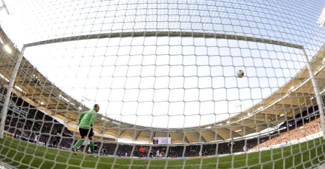 Na gaveta: o goleiro Drobny, do Hertha Berlim, vê a bola do Stuttgart entrar na sua meta. | Kai Pfaffenbach/ Reuters