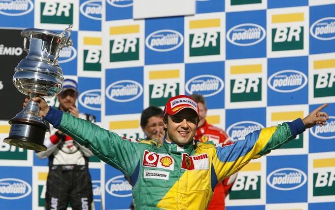 Felipe Massa comemora sua primeira vitória no Brasil, em 2006, vestindo um macacão verde e amarelo   Vanderlei Almeida/AFP