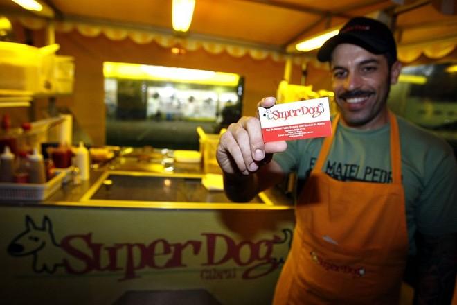 Paulo e o cartão fidelidade da SuperDog: sem planejamento, mas com muito retorno   Pedro Serápio/Gazeta do Povo