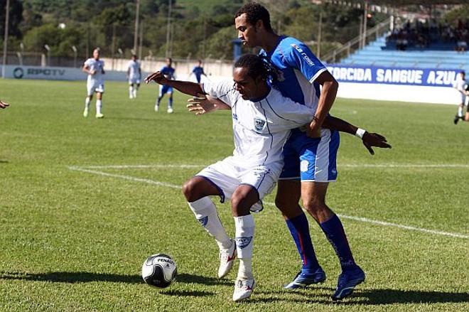 Autor do primeiro gol do Iraty, Gílson protege a bola da marcação adversária | Henry Milléo/Gazeta do Povo