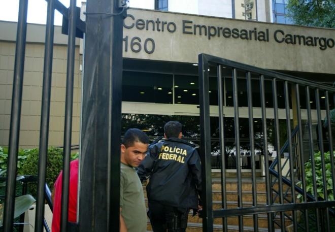 Funcionários da Camargo Corrêa que chegaram para trabalhar, ontem pela manhã, encontraram a empresa fechada pela PF. Empreiteira disse ter sido invadida e negou acusações | Odival Reis/Agência O Globo