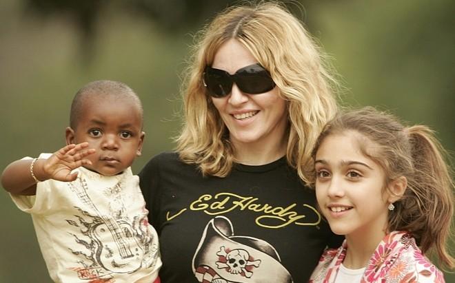 A cantora Madonna com os filhos David Banda e Lourdes Maria em Malaui, África | Reuters/Siphiwe Sibeko