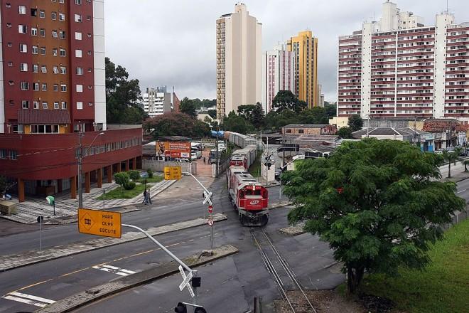 Trem se aproxima da Avenida Affonso Camargo, na região central de Curitiba: trilhos e composições trazem riscos para moradores e para motoristas. Quem vive perto da linha também se incomoda com o barulho, principalmente à noite   Hedeson Alves/Gazeta do Povo