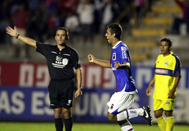 Wellington Silva corre para comemorar o terceiro gol tricolor: camisa 9 chegou a oito gols e assumiu a artilharia isolada do Estadual | Albari Rosa/Gazeta do Povo