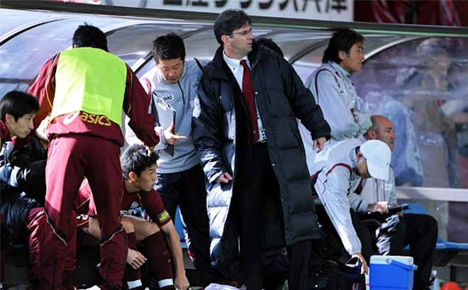Caio conta com o auxílio do intérprete para orientar o jogador que se prepara para entrar.   Divulgação/ Vissel Kobe