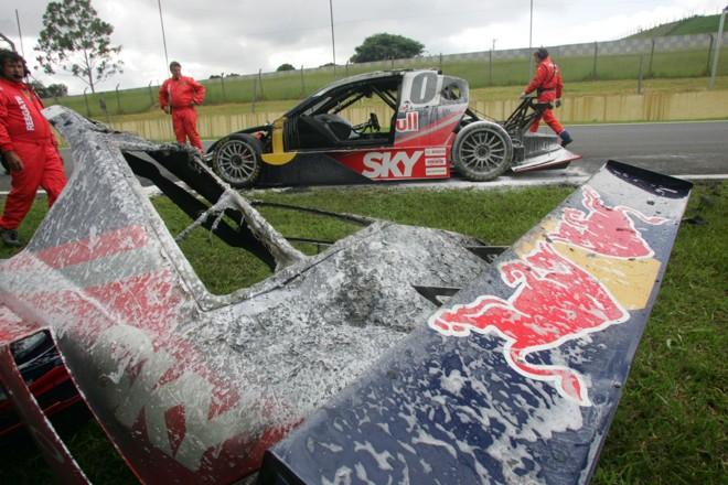 Carro de Cacá Bueno ficou completamente destruído após incêndio | Luca Bassani / Red Bull Photofiles