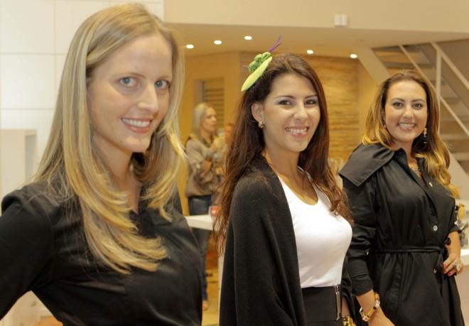 A estilista e empresária Isabel Raad (à esq.) com a produtora Paula Abbas e Daniela Leão, diretora de estilo da grife de acessórios de luxo Wishes, no coquetel que marcou a abertura da nova loja Beluska no Juvevê, nesta quinta-feira.   Naideron Jr.