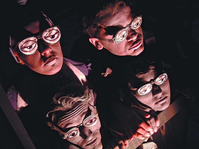 Óculos caricatos e maquiagem carregada dão o clima a Lesados: drama com humor sarcástico aborda solidão e tédio | Lucas Sacho